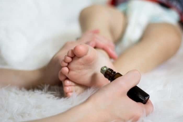 Dùng tinh dầu cho bé cần phải pha loãng