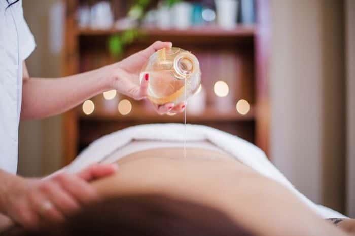 Tinh dầu lá nguyệt quế sử dụng để làm dầu massage