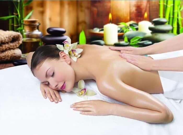 Massage body bằng tinh dầu lá trà xanh