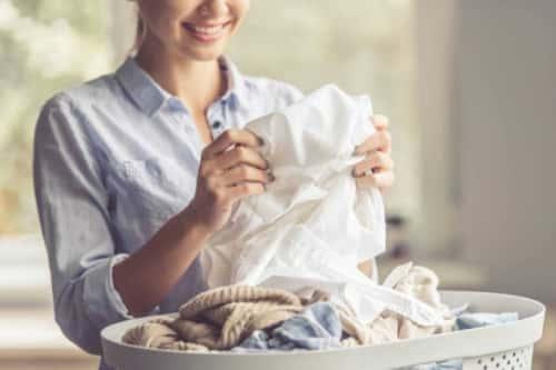 10 cách khử mùi hôi trên quần áo