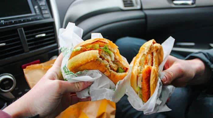 Không ăn uống trên xe ô tô để phòng chống chuột xâm nhập