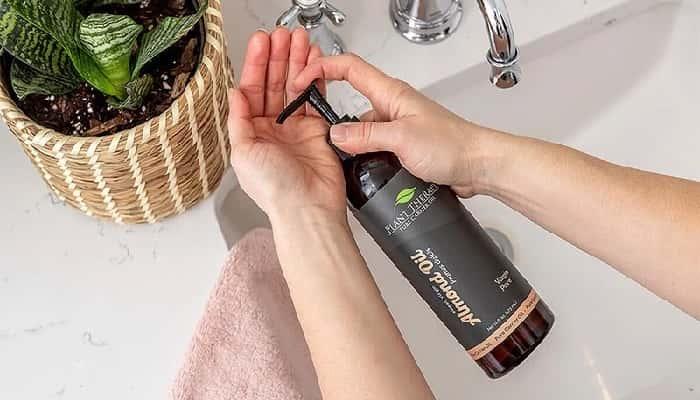 Sử dụng dầu gội, sữa tắm để làm loãng tinh dầu
